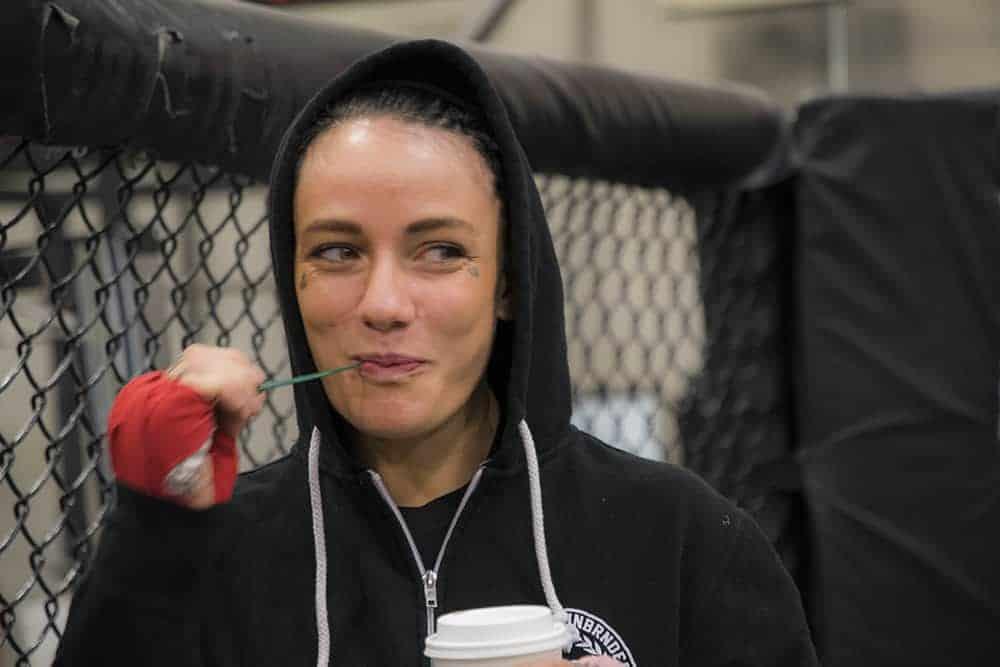 Жертва бытового насилия Джессика-Роуз Кларк против подписания Грега Харди в UFC