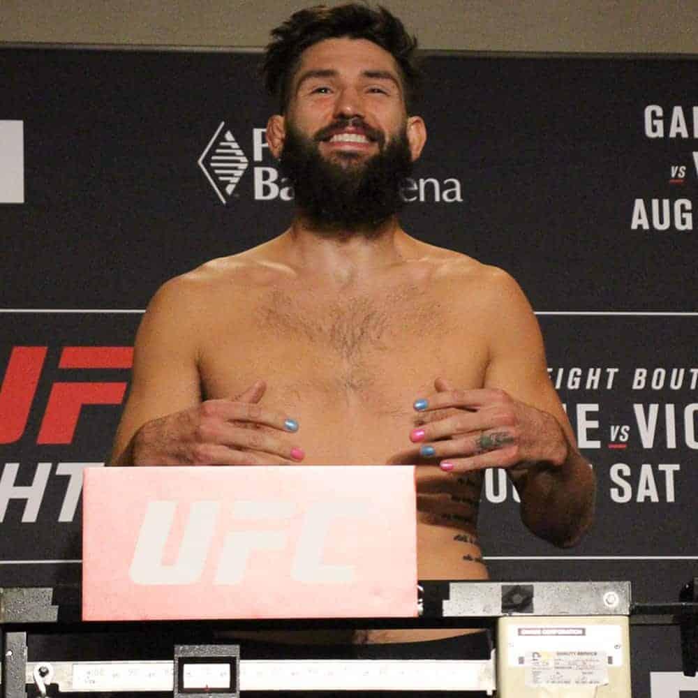 Самая милая традиция в ММА. Боец UFC вышел на бой с ярким разноцветным маникюром